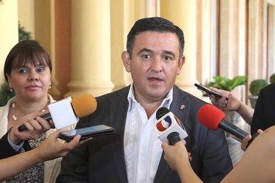 """Senadores van a """"apretar"""" al ministro Petta"""