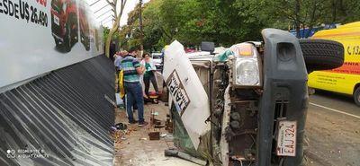 Choque frontal involucra a una ambulancia y deja siete heridos en Asunción