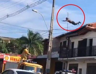Hombre se lanza al vacío desde una terraza