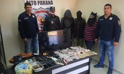 Detienen a tres personas con armas, drogas y otras evidencias
