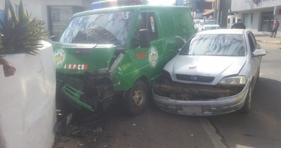 Automóvil chocó contra ambulancia