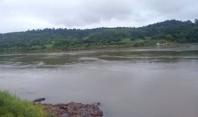 HOY / Canoa volcó mientras cruzaba el río Paraná: cuatro paraguayos se encuentran desaparecidos
