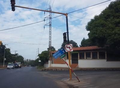 Peligroso cartel de señalización vial