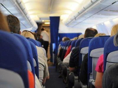 IATA se opone a dejar asientos libres en aviones por Covid-19