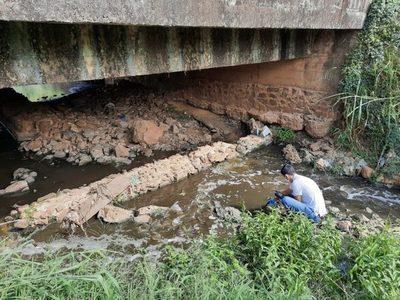 Mades colecta muestras de arroyo Cañada del Carmen para evaluar impacto ambiental