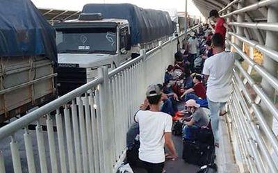"""Aglomeración de compatriotas en el Puente de la Amistad """"es de nunca acabar"""", afirma asesor de la Presidencia"""