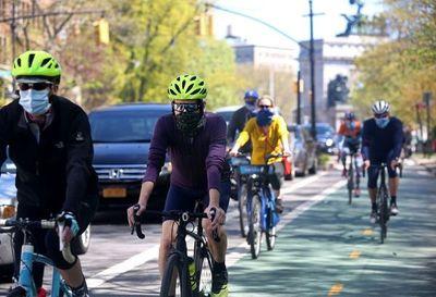 Las bicis, las patinetas y las motos se hacen con las calles de Nueva York