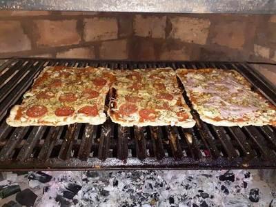 Pizzas caseras a la parrilla conquistan paladares en plena pandemia en Luque • Luque Noticias
