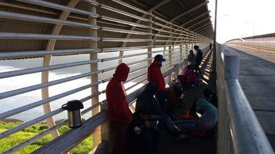 Seis paraguayos pasarán la noche sobre el Puente de la Amistad