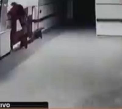Atraparon al sujeto que habría entrado a robar al hospital de Caacupé