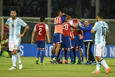 El amistoso internacional entre Derlis González y el 'Kun' Agüero