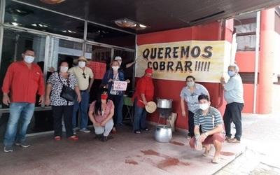Trabajadores de la ANR reclaman salarios con olla popular