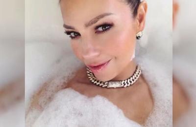 Thalía recreó el inicio de la telenovela 'Marimar' desde el baño de su casa