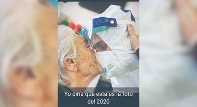 EL EMOCIONADO BESO A UN MÉDICO PARAGUAYO
