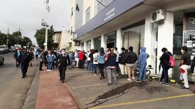 Madrugan frente al BNF para cobrar subsidios del IPS • Luque Noticias