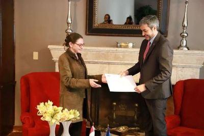 """Paraguay es """"número 1"""" en lucha contra covid-19, dice embajadora de Francia"""