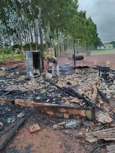 Incendio consumió humilde vivienda de anciano