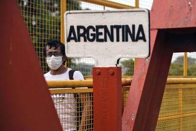 Futbolistas paraguayos regresan al país por Puerto Falcón