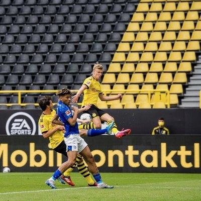 Un golazo de Haaland y el nuevo festejo con 'distancia' en la Bundesliga