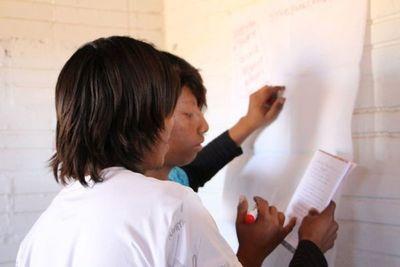 Niños del pueblo Enhlet piden recibir alimentos al igual que todos