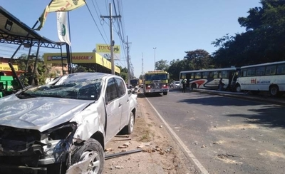 HOY / Aparatoso choque de colectivo contra una camioneta militar en zona del Botánico