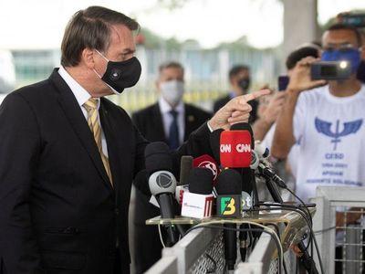 Bolsonaro vuelve a criticar distanciamiento social tras renuncia de ministro