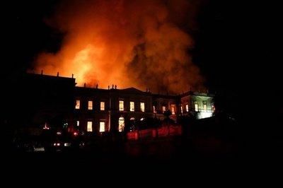 Incendio devora el Museo Nacional de Río de Janeiro