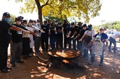 Paella gigante para las madres luqueñas causa furor en Itapuamí • Luque Noticias