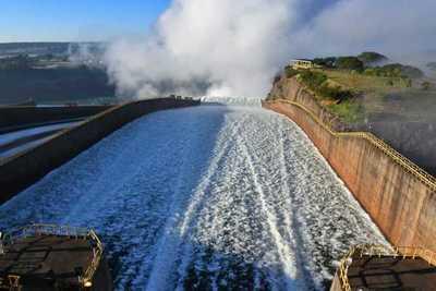 Itaipú abre compuertas para que crezca el río Paraná