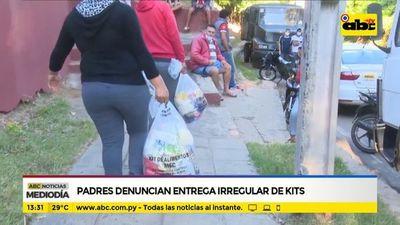 Padres denuncian entrega irregular de kits