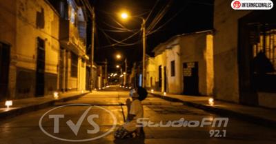 Un niño se arrodilla a rezar en la calle para que se termine la pandemia por coronavirus