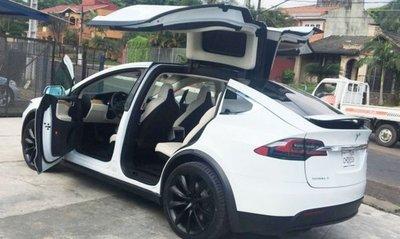El primer coche Tesla llegó al país para alentar la movilidad eléctrica