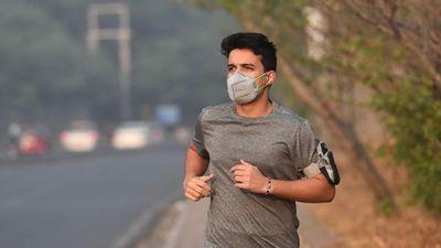 Médicos advierten: correr con tapabocas daña el pulmón