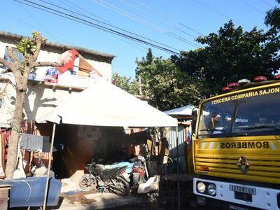 Dos personas fueron rescatadas de un incendio en el barrio Tacumbú