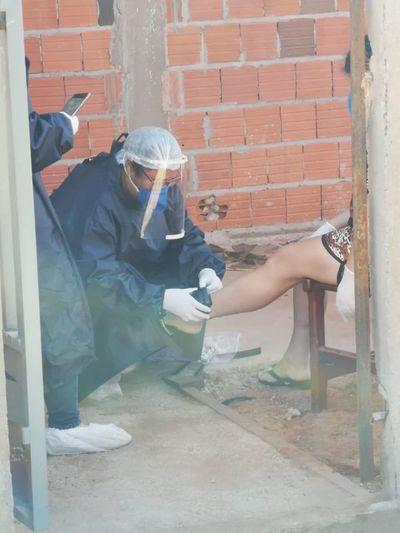 Mujer con COVID-19 positivo que salió de su casa es obligada a usar tobillera electrónica