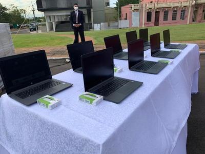 Entrega 2.500 equipos informáticos con internet para instituciones educativas de comunidades indígenas