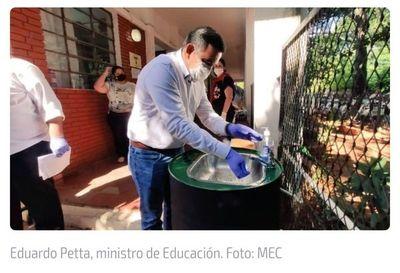 Petta muestra cómo lavarse las manos, pero con guantes