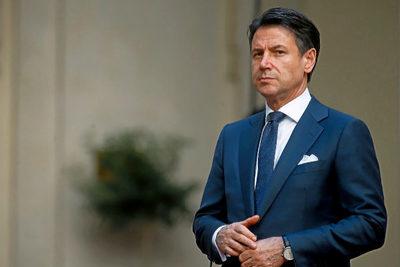 Conte insta a los jóvenes a evitar reuniones y a pasar vacaciones en Italia