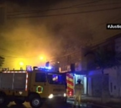 Incendio consume por completo local comercial en Fernando de la Mora