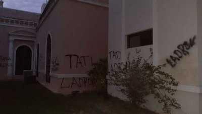 Llamativo: grafitean todo el palacete municipal pero guardias no se percatan