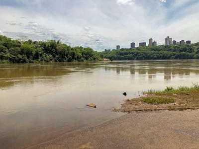 Persona es ARRASTRADA por la aguas y DESAPARECE en el RÍO PARANA