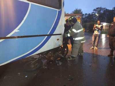 Motociclista casi muere tras chocar contra un bus