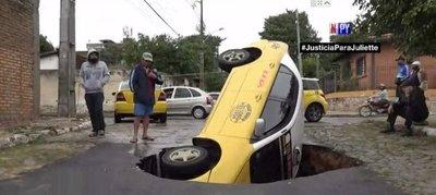 Bache se traga un taxi entero en Asunción