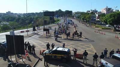 Brasileños pretenden cerrar el paso de camiones por el Puente de la Amistad