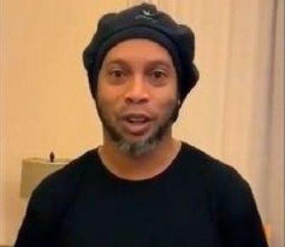 Ronaldinho tuiteó por primera vez desde que cayó preso y fue para saludar a magnate árabe