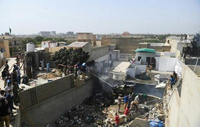 Avión con 107 personas a bordo se estrelló en Pakistán