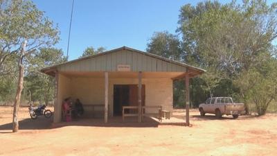 En antiguo y pequeño edificio promotora indígena brinda atención a la salud de su comunidad
