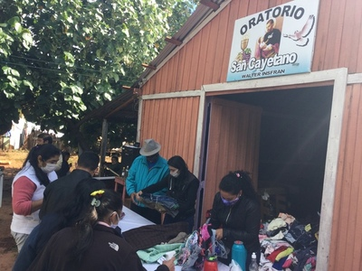 Jóvenes entregan abrigos y ropas a familias carenciadas en Asentamiento San Cayetano y San Ramón en Caaguazú
