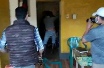 Gobernador de San Pedro agrede a periodista en puesto policial