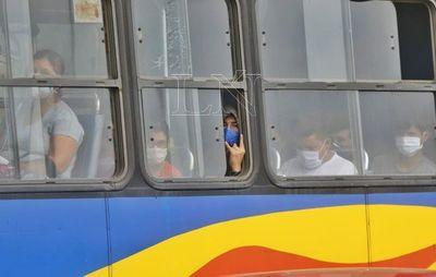 Hasta 10 pasajeros parados en buses grandes está permitido en fase 2